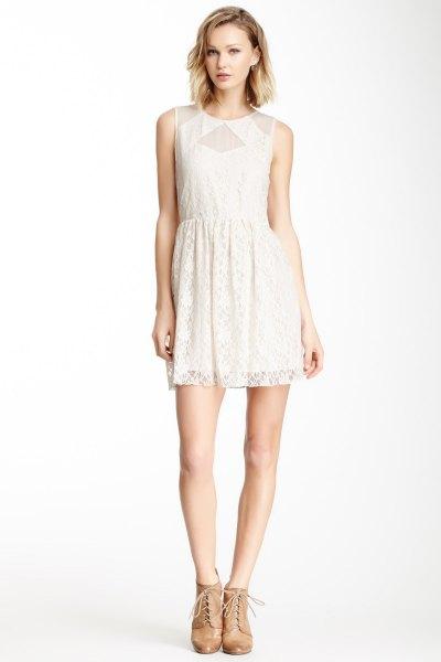vit spets klänning mesh detaljer runt kragen
