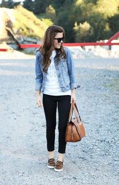 blå jeansjacka med vit grafisk t-shirt och korta jeans
