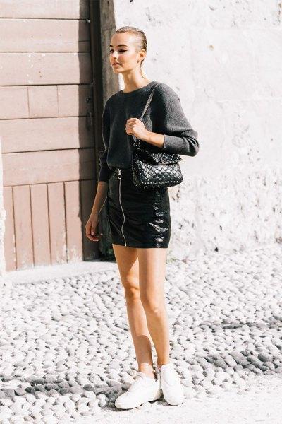 grå tröja med minikjol i svart läder dragkedja