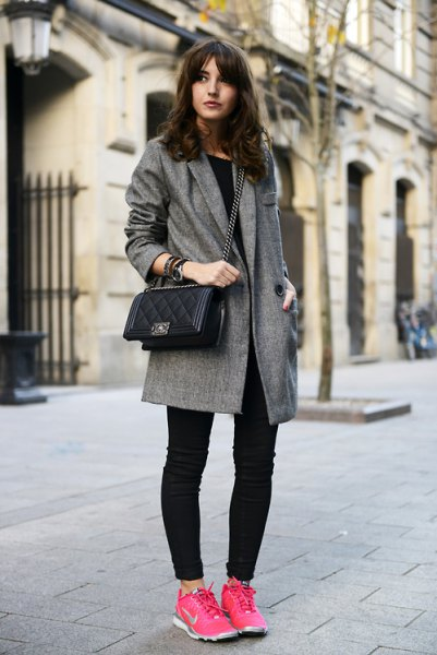 grå tweed longline blazer med mörka skinny jeans och rosa vandringstennisskor