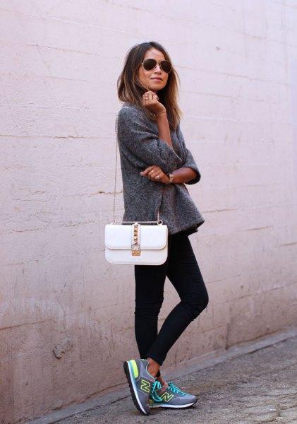 grå fleecetröja med vit handväska och svarta skinny jeans
