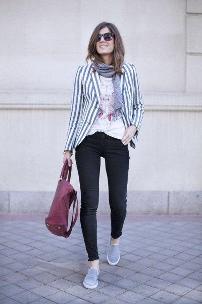 grå och vit randig kavaj med svarta skinny jeans och tennisskor