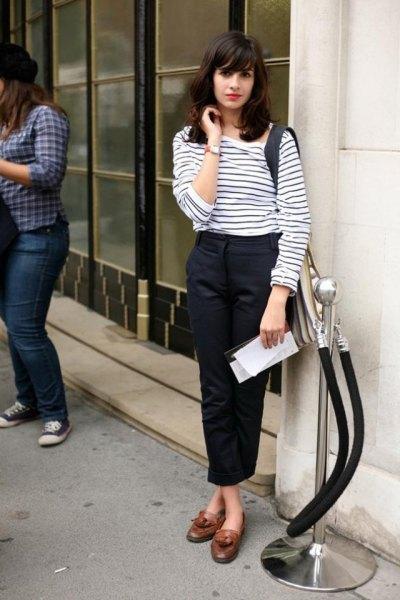 vit och svart randig långärmad T-shirt med svarta, korta chinos