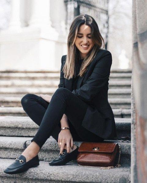 svart kavaj med slim fit jeans och tofflor i läder