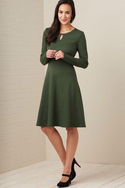 grön långärmad knälång klänning