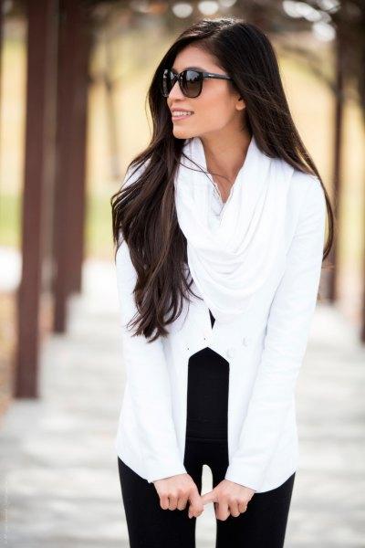 Svart med en vit infinity-halsduk och svarta smala jeans med hög midja
