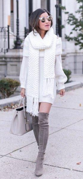 vit fransad halsduk med matchande tröja klänning och grå overknee stövlar