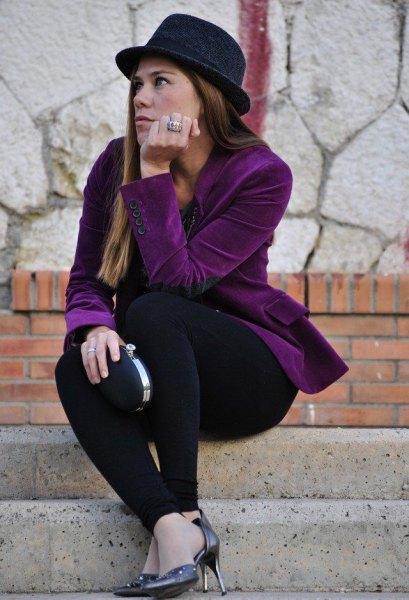 lila sammetblazer med en helt svart outfit