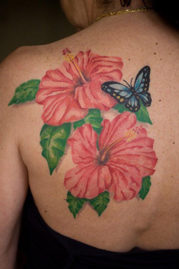 Hawaii blomma med fjärilstatuering på övre ryggen