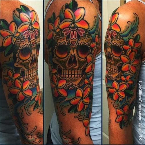 Hawaii blomma med skalle tatuering arm