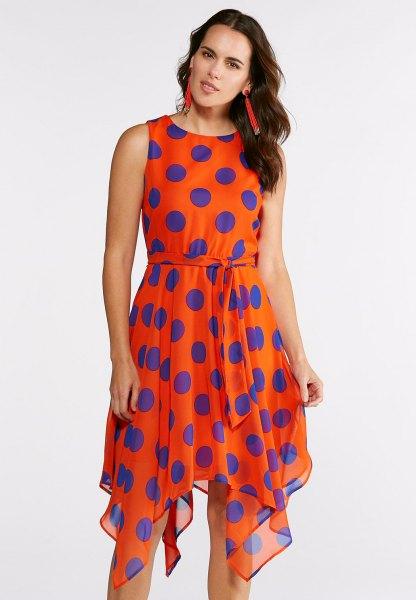 ärmlös knälång chiffongklänning i orange och blått med prickar