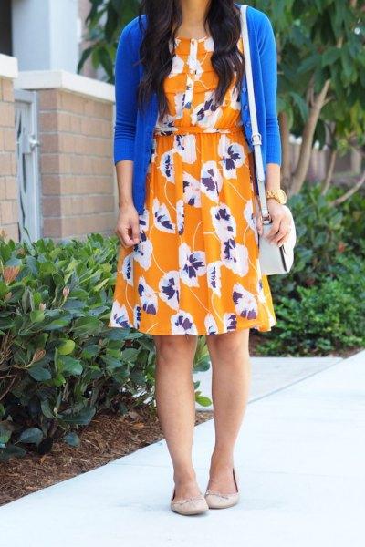 kungsblå kofta med knälång orange gungklänning