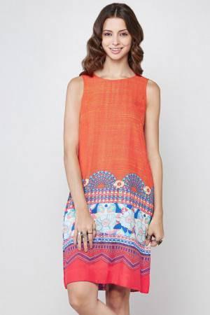 ärmlös knälång slida klänning med orange stamtryck