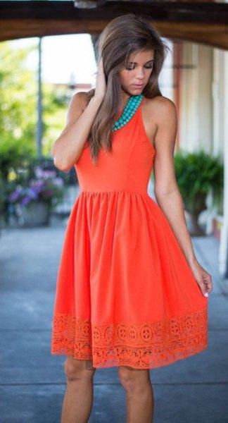 Fläckad klänning med orange och blå uppsamlad midjefåll