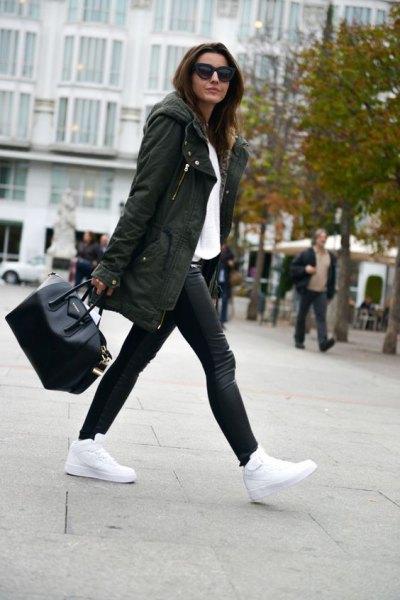 Longline parkajacka med huva, vit blus och läderjackor