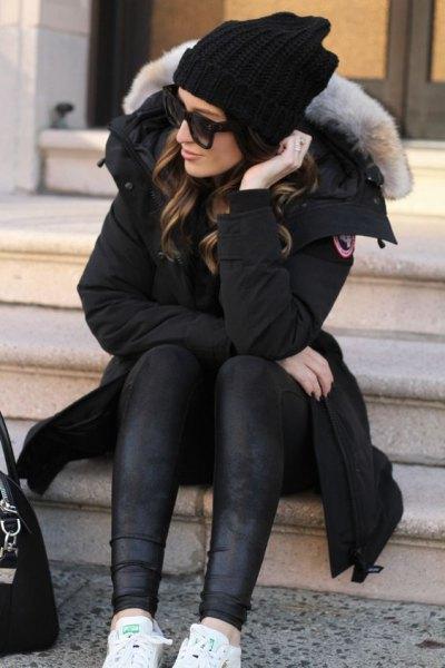 svart longline parkajacka med pälskrage och läderjackor