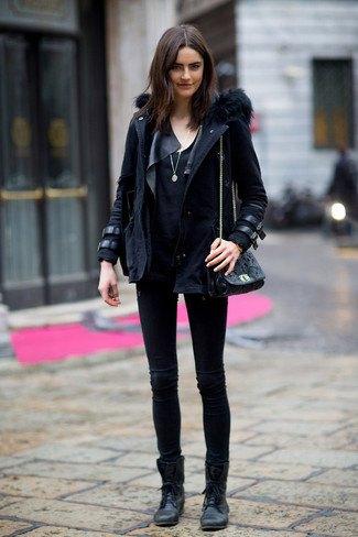 svart parkajacka med läderdetaljer och fotkängor