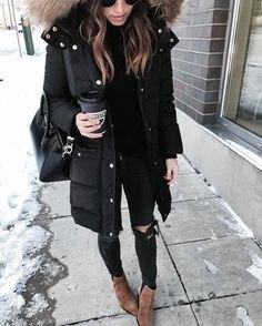lång parkajacka i svart fuskpäls med trasiga skinny jeans