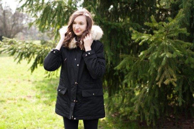svart jacka med fuskpälskrage och matchande smala jeans