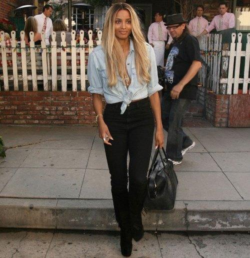 ljusblå knuten chambrayskjorta med svarta jeans