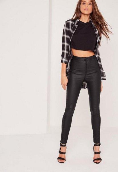 Rutig pojkvänskjorta med förkortad T-shirt och svarta, vaxade smala jeans med hög midja