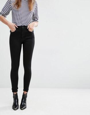 svartvit randig t-shirt med smala jeans med hög midja
