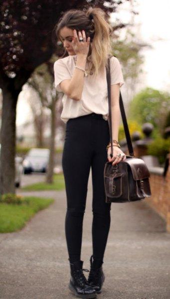 vit t-shirt med svarta skinny jeans och stridsstövlar