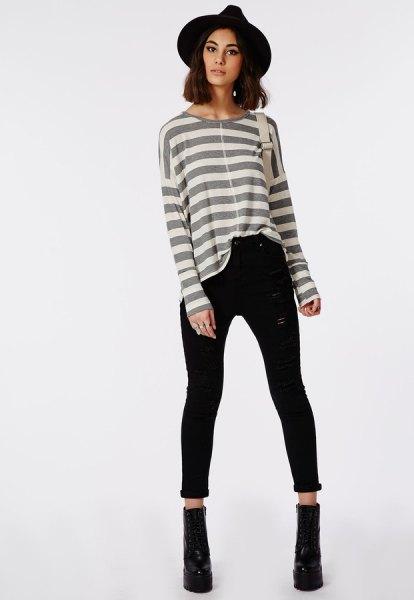 grå och vit randig långärmad T-shirt med svarta smala jeans med hög midja och ärmslut