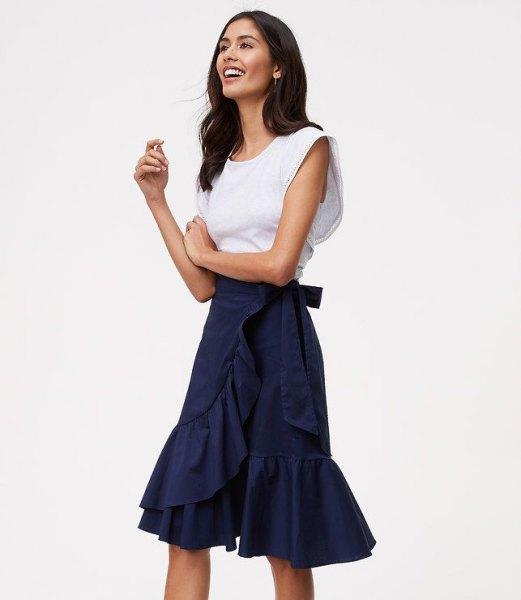 knälång kjol med volanger i marinblått