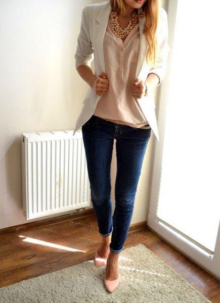 vit kavaj med persikafärgad linneskjorta och smala jeans