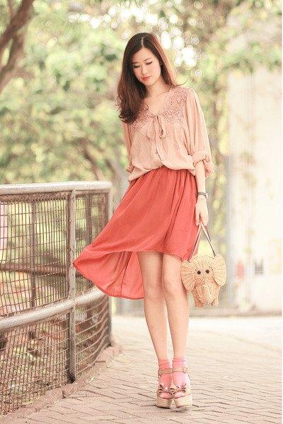 Spetsbåge med rosett och röd miniklänning
