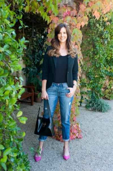 svart kavaj med slim fit jeans med muddar och rosa, spetsiga tåklackar