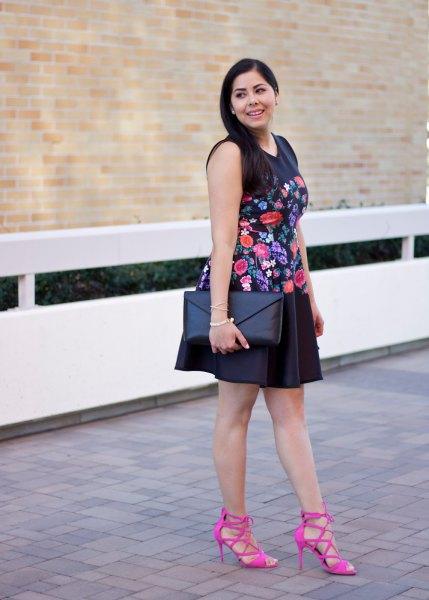 svart ärmlös mini-svängklänning broderad med blommor med rosa remmar