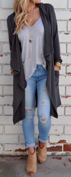 grå skjorta med knappar svarta skinny jeans