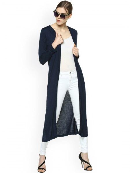 lång svart axelryckning ljusrosa topp vita skinny jeans