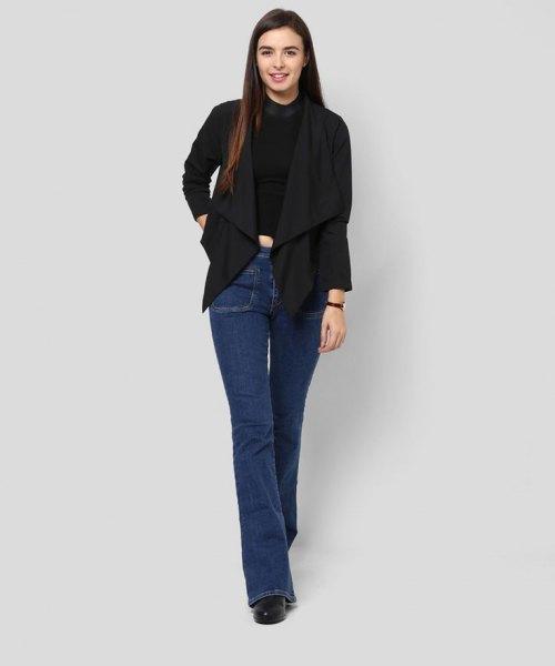 svarta jeansstövlar med axelryckning