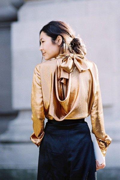 gyllene sidenbandblus med svart midikjol