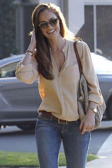 gyllene skjorta i linne med knappar och blå skinny jeans