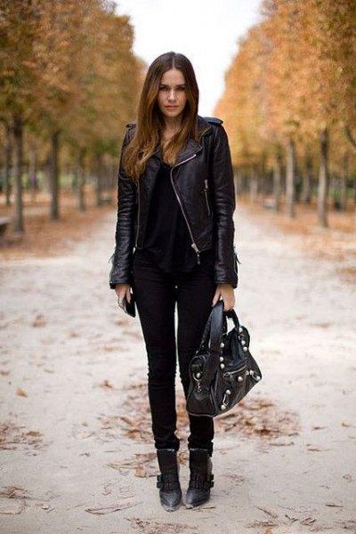 svart skinnjacka med matchande smala jeans och läderstövlar