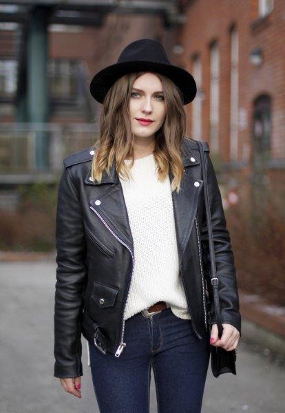 svart filthatt med läderjacka och vit, tjock tröja