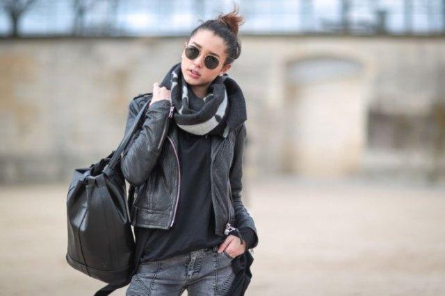 Läderjacka med svart t-shirt och grå 3D-jeans