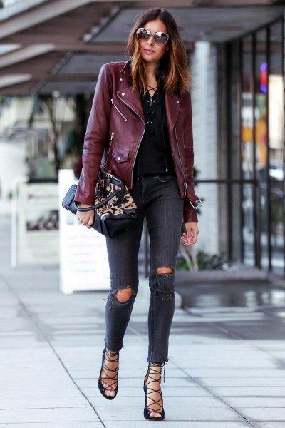 vinrödfärgad konstläderjacka med mörka rippade skinny jeans