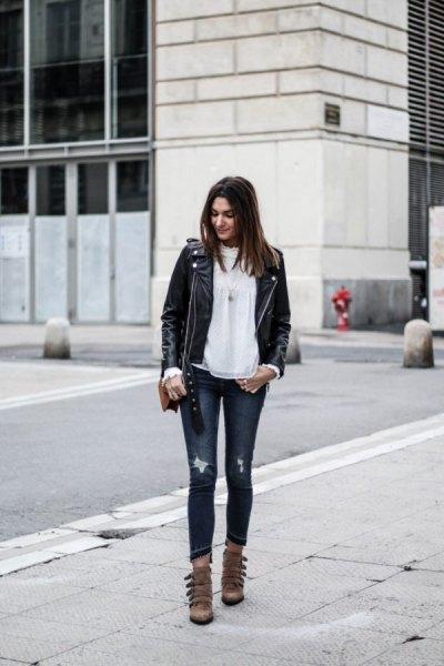 svart skinnjacka med vit chiffongblus och grå skinny jeans