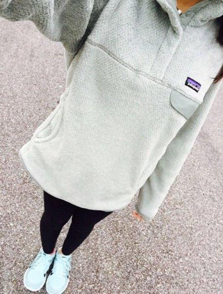 grå lång luvtröja med svarta leggings och vita sneakers