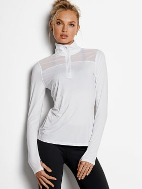vit tröja med halva blixtlås och svarta skinny jeans