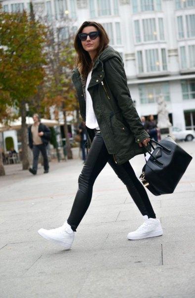 mörkgrön parkajacka vit tröja svarta byxor