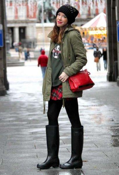 grön tröja röd och svart rutig kjol