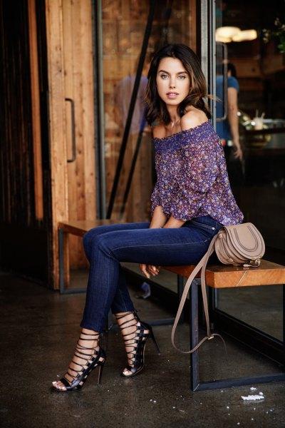 Mörkblå blus med spets utan axel och mörkblå jeans