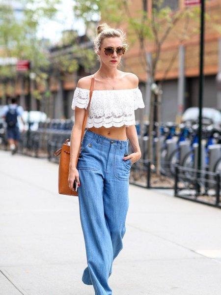 vit snörning av axelbandslös crop top med blå vida jeans