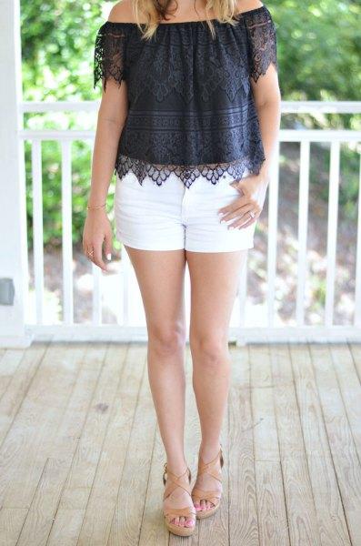 Svart axelbandslös spets topp med vita mini shorts